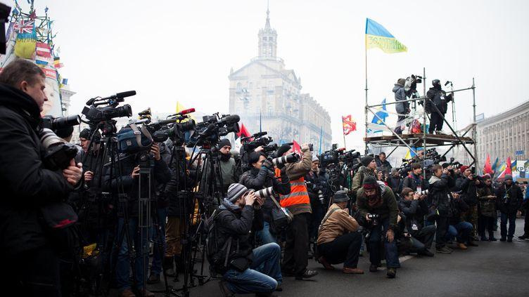 Des journalistes attendent un discours sur la place de l'Indépendance, à Kiev, le 9 février 2014. (EMERIC FOHLEN / NUROHOTO /SIPA)