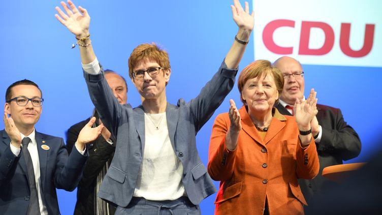 La candidate de la CDU dans la Sarre, Annegret Kramp-Karrenbauer, et la chancelière allemande Angela Merkel, le 23 mars 2017 à Saint-Wendel (Allemagne). (THOMAS KIENZLE / AFP)