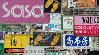 Une multitude d'enseignes publicitaires coiffe une rue de Hong Kong. (AFP PHOTO/MIKE CLARKE)