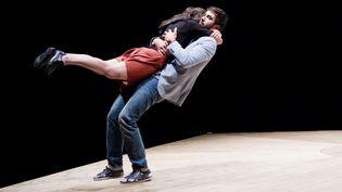 """""""Celui qui tombe"""" de Yoann Bourgeois présenté sur la scène de la MC2 de Grenoble part ensuite en tournée en France  (Biennale de la Danse / Cie Yoann Bourgeois)"""