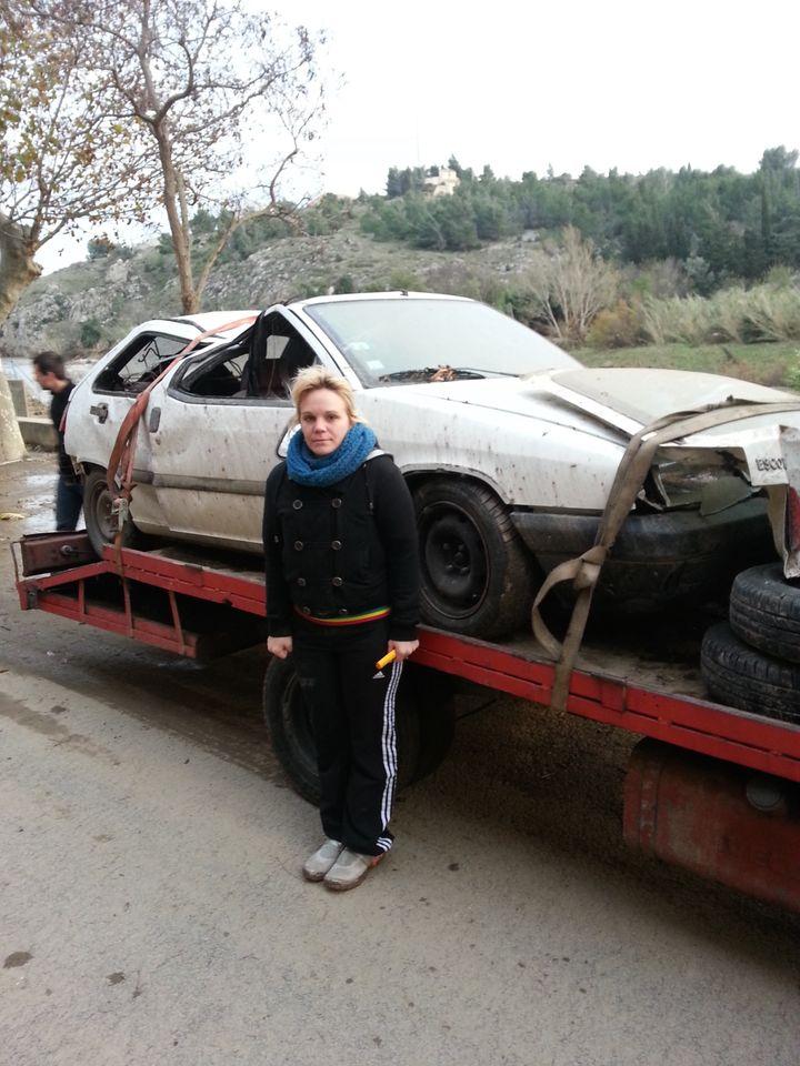 Maud, 27 ans, a perdu sa voiture dans l'inondation du village de Portel-des-Corbières (Aude), le 30 novembre 2014. (THOMAS BAIETTO / FRANCETV INFO)