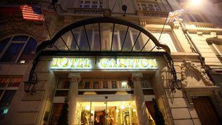 L'entrée de l'hôtel Carlton de Lille, d'où est parti début octobre une affaire de proxénétisme mettant en cause des notables. (EPA/MAXPPP)
