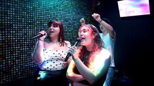 Des chanteuses improvisées, auMusikam, un multiplex de 1 000 mètres carrés, sur la zone commerciale de Cap Malo, à La Mézière. (MARC OLLIVIER / MAXPPP)
