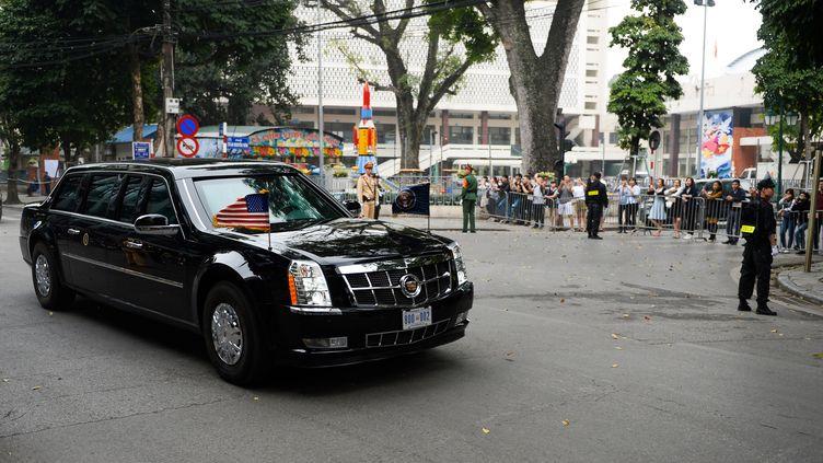 Le convoi du président américain, Donald Trump, quitte le lieu du sommet, le 28 février 2019 à Hanoï (Vietnam). (NHAC NGUYEN / AFP)