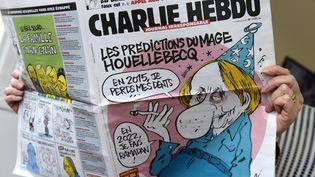"""Une personne lit le dernier numéro paru de """"Charlie Hebdo"""", le 7 janvier 2015, à Paris. (BERTRAND GUAY / AFP)"""