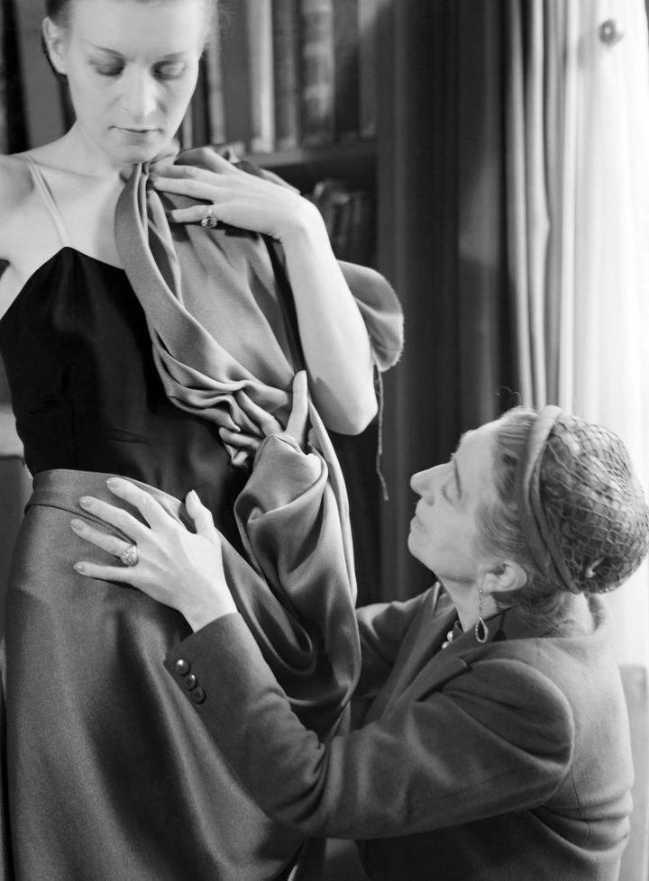 Jeanne Lanvin, c'est l'art de la matière et de la transparence, des broderies, surpiqûres, entrecroisés, spirales, découpes : la virtuosité du savoir-faire. C'est un parfait classicisme à la française avec des robes de style XVIIIe - buste affiné, taille basse, jupe gonflée dialoguant avec la ligne tube de l'Art déco, ses géométries en noir et blanc, ses profusions de rubans, cristaux, perles et fils de soie...  (Laure Albin Guillot / Roger-Viollet)