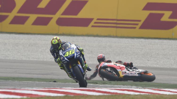 Valentino Rossi (Yamaha) s'éloigne de Marc Marquez (Honda) après la chute de l'Espagnol (GIGI SOLDANO / DPPI MEDIA)