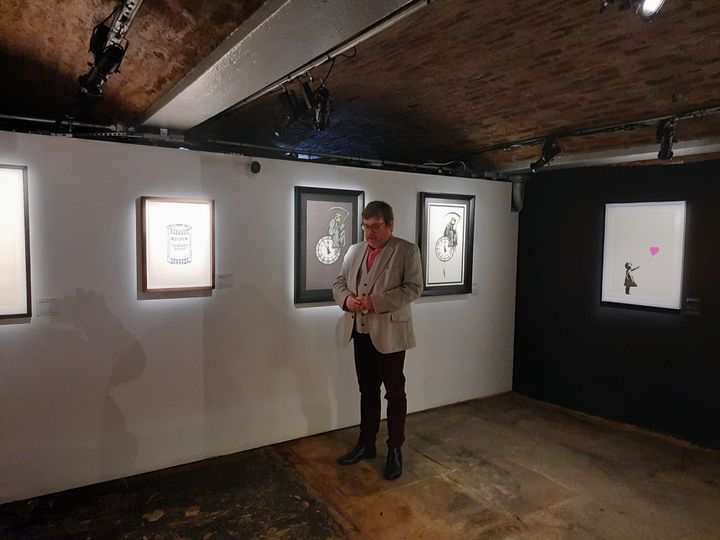 """Sean Sweeney, l'organisateur de l'exposition """"L'Art de Banksy"""" à Londres, le 1er juin 2021. (RICHARD PLACE / RADIO FRANCE)"""
