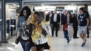 Des habitants de Saint-Martin évacués via la Guadeloupoe arrivent à l'aéroport de Roissy-Charles-de-Gaulle (Val-d'Oise), le 11 septembre 2017. (PHILIPPE LOPEZ / AFP)