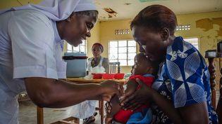 Un enfant reçoit une injection pendant la campagne de vaccination contre la rougeole, la rubéole et lapoliomyélite le 19 octobre 2019 à Kampala, la capitale ougandaise. (BADRU KATUMBA / AFP)