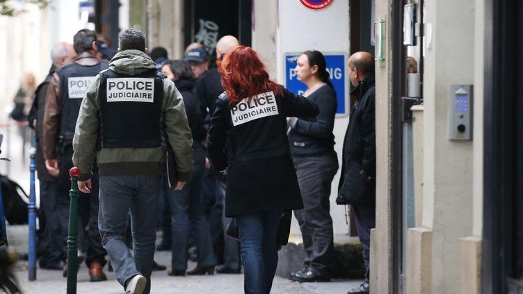 """Des policiers enquêtent au siège de """"Libération"""", où une fusillade a eu lieu lundi 18 novembre 2013. (KENZO TRIBOUILLARD / AFP)"""