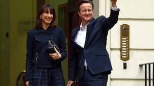 Le Premier ministre britannique, David Cameron, et son épouse,Samantha, le 8 mai 2015 à Londres (Royaume-Uni). (EDDIE KEOGH / REUTERS)