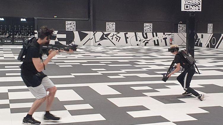 Plusieurs arènes de e-sport en réalité virtuelle ont ouvert leurs portes ces dernières semaines en France à Nantes, Reims, Strasbourg ou Bourgoin-Jallieu. Un réseau en pleine expansion. Ici, la salle EVA de Beauchamp dans le Val d'Oise. (BORIS HALLIER / FRANCEINFO)