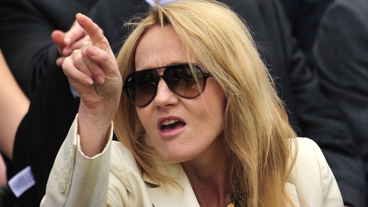 """L'auteure de la saga """"Harry Potter"""", J.K. Rowling, dans les tribunes de Wimbledon(Royaume-Uni), en juin 2012. (GLYN KIRK / AFP)"""