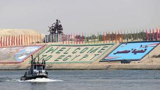 Un bateau militaire égyptien prépare l'inauguration du nouveau canal de Suez, le 4 août 2015, à l'est du Caire en Egypte. (STRINGER / ANADOLU AGENCY / AFP)