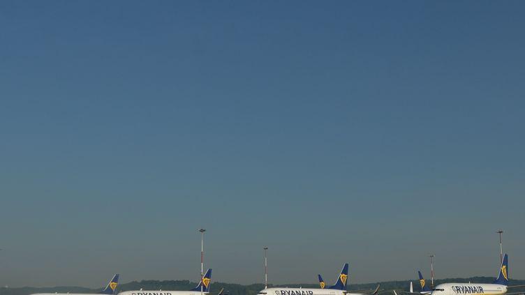 Des avions de la compagnie Ryanair sur le tarmac de l'aéroport Jean-Paul II de Cracovie (Pologne), le 18 mai 2020. (ARTUR WIDAK / NURPHOTO / AFP)