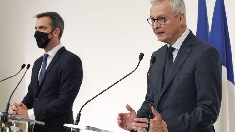 Olivier Véran et Bruno Le Maire lors d'une conférence de presse au ministère de la Santé, le 8 octobre 2020. (GEOFFROY VAN DER HASSELT / AFP)