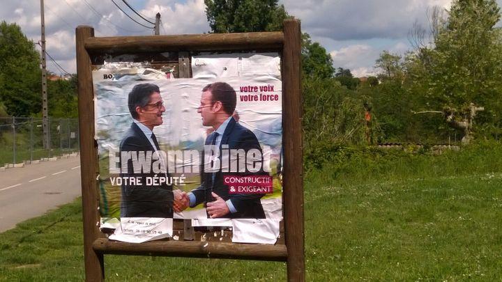 Affiche d'Erwann Binet serrant la main d'Emmanuel Macron, photographiée à Cheyssieu (Isère), le 14 mai 2017. (MAXPPP)