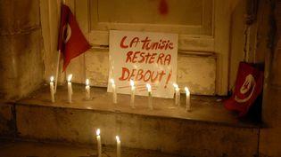 Une affiche déposée lors d'un rassemblement en réaction à l'attaque du musée du Bardo, à Tunis, le 18 mars 2015. (SOFIENE HAMDAOUI / AFP)