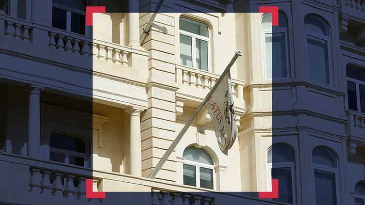 Drapeau de la Pilatus Bank sur le fronton du bâtiment de l'établissement bancaire, à Malte. (MONTAGE A PARTIR DE LA PHOTO DE DARRIN ZAMMIT LUPI / REUTERS)