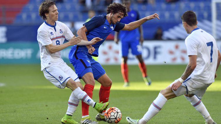 Adrien Rabiot aux prises avec les Islandais Aegisson et Jonsson (ST?PHANE GEUFROI / MAXPPP)