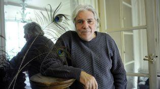 Pierre Barouh pose chez lui, à Paris, le 14 octobre 2008. (STEPHANE DE SAKUTIN / AFP)