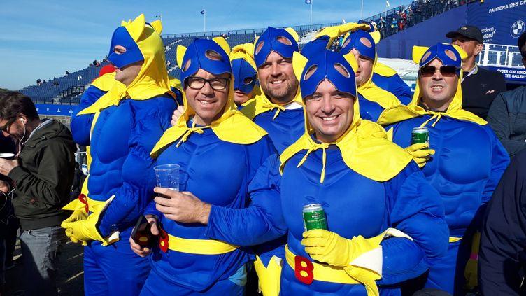 """Les """"bananamen"""" mettent l'ambiance dans les tribunes de la Ryder Cup. (GUILLAUME BATTIN / RADIOFRANCE)"""