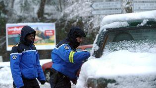 Des gendarmes contrôlant l'accès à la station de ski de Gourette (Pyrénées-Atlantiques), le 1er février 2015. (IROZ GAIZKA / AFP)