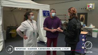 Des soignants dans un vaccinodrome. (France 2)