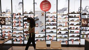Le rayon baskets d'un magasin de sport, dans les Yvelines, pendant les soldes, en août 2020. (PHILIPPE DE POULPIQUET / MAXPPP)