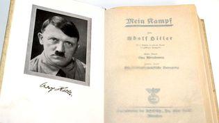 """Une copie de la première édition de """"Mein Kampf"""" (mon combat) d'Adolf Hitler, un ouvrage sorti en 1925  (MARCUS FÞHRER / DPA / DPA / AFP)"""