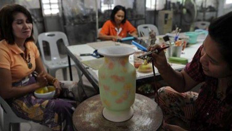 Veuves de guerre thaïlandaises dans l'atelier poterie du village de Rotan Batu, le 19 septembre 2013. (AFP/Christophe Archambault)
