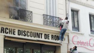 Mercredi 12 juin, un feu s'est déclaré dans un immeuble de Marseille (Bouches-du-Rhône). Des passants sont intervenus pour aider une mère de famille à sauver ses trois enfants. (FRANCE 2)