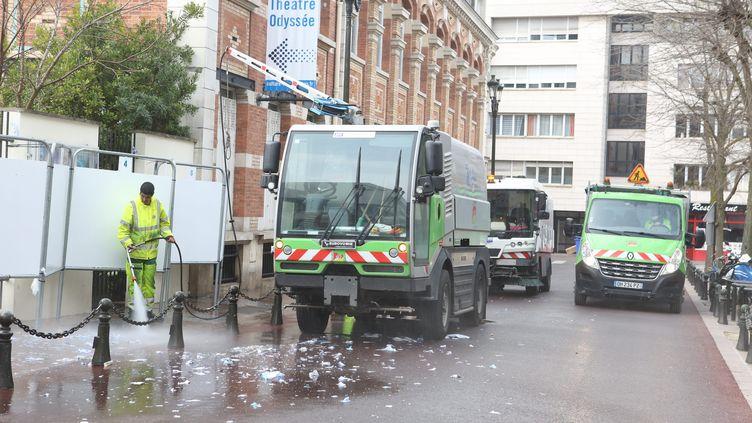 Des agents de propreté poursuivent leur travail à Levallois-Perret (Hauts-de-Seine), malgré le confinement, le 20 mars 2020. (MAXPPP)