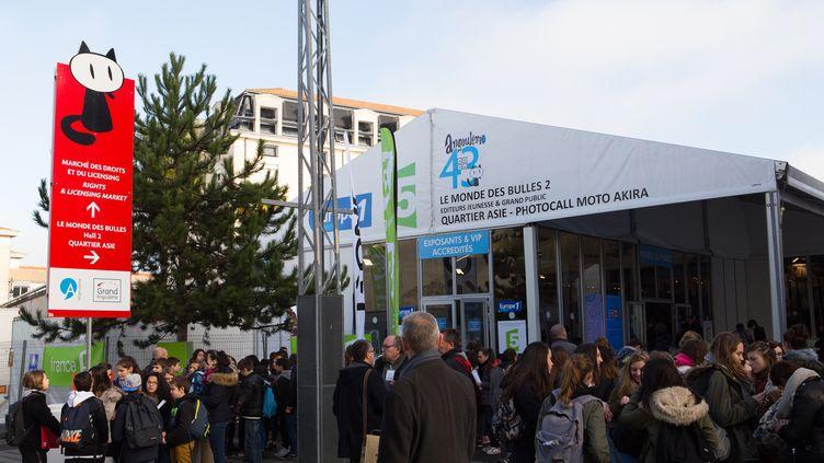 La foule rasemblée pour le 43e Festival de la BD d'Angoulême (Charente), jeudi 28 janvier 2016. (CITIZENSIDE/SYLVAIN LAPORTE / CITIZENSIDE.COM / AFP)