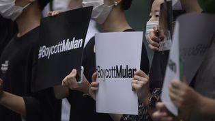 Des manifestants protestent contre le film Mulan et appellent au boycott, le 1er juillet 2020 à Séoul (Corée du Sud). (ED JONES / AFP)