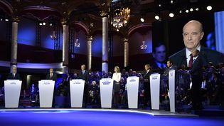 Le sept candidats de la primaire à droite lors du deuxième débat, le 3 novembre 2016 à Paris. (ERIC FEFERBERG / AFP)