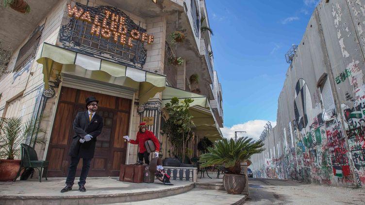L'entrée du Walled Off Hotel de Banksy à Bethléem avec le mur de séparation à droite.  (Luay Sababa/XINHUA/SIPA)