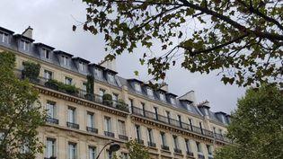 Des milliers de personnes résident dans les 114.400 chambres de service parisiennes. (JULIETTE DUCLOS / FRANCETV INFO)