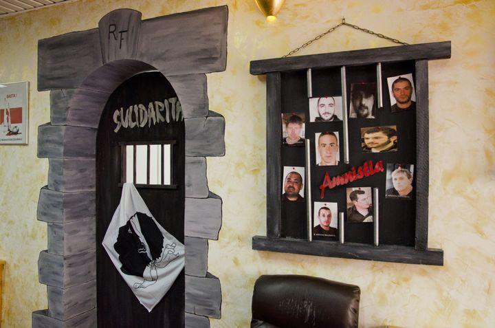 La porte de prison installée dans le local de Sulidarita, le 20 janvier 2016 à Ajaccio (Corse-du-Sud). (THOMAS BAIETTO / FRANCETV INFO)