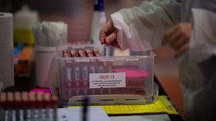 Unsoignant organise des échantillons de tests PCR Covid-19 dans un centre de dépistage de Covid-19 à Nantes, le 18 janvier 2021. (LOIC VENANCE / AFP)