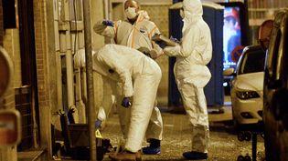 Des membres de la police scientifique belge enquêtent à Molenbeek (Belgique), après l'arrestation de Salah Abdeslam, le 18 mars 2016. (DIRK WAEM / BELGA / AFP)