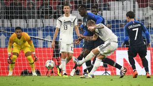 Le milieu de terrain allemand Toni Kroos et son homologue français Paul Pogba lors du match France-Allemagne en Ligue des nations, le 6 septembre 2018 à Munich (Allemagne). (FRANCK FIFE / AFP)