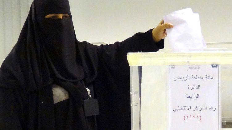 Une Saoudienne dépose son bulletin de vote, à Riyad (Arabie saoudite), le 12 décembre 2015. (DINA FOUAD / AFP)