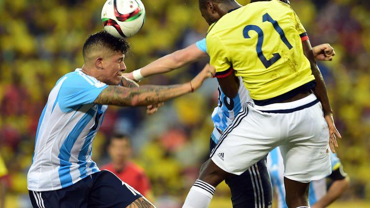 Marcos Rojo à la lutte avec Adrian Ramos  (LUIS ROBAYO / AFP)