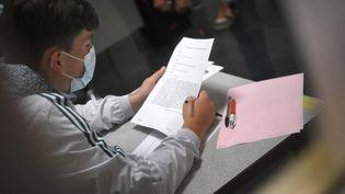 Un lycéen lors de l'épreuve de philosophie du bac, le 17 juin 2021. (MAXPPP)