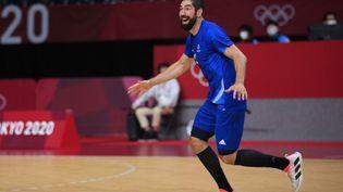 Nikola Karabatic exulte alors que la France récupère son titre de championne olympique de handball à Tokyo, le 7 août 2021. (FRANCK FIFE / AFP)