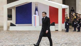 Emmanuel Macron dans la cour de l'hôtel des Invalides de Paris, mercredi 28 mars lors de l'hommage national rendu à Arnaud Beltrame. (LUDOVIC MARIN / AFP)