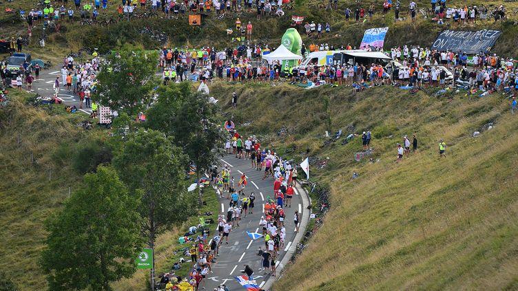 Les spectateurs se massent au col de Peyresourde, dans les Pyrénées, lors de la 8e étape du Tour de France, le 5 septembre 2020. (DAVID STOCKMAN / AFP)