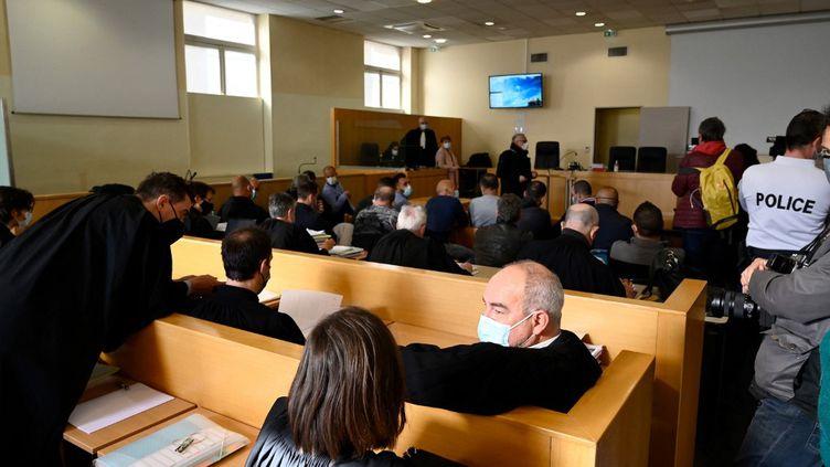 Le procès de la BAC Nord de Marseille, le 12 avril 2021, au tribunal correctionnel de Marseille (Bouches-du-Rhône). (NICOLAS TUCAT / AFP)